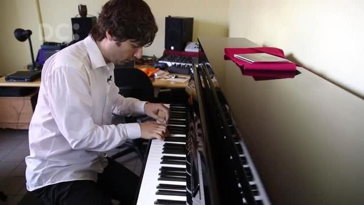 Diogo De Haro faz improvisação no piano