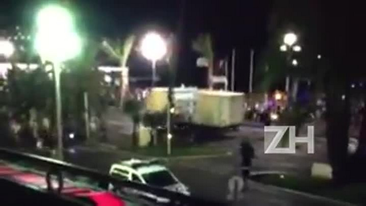 Vídeo mostra momento em que caminhão avança sobre multidão em Nice