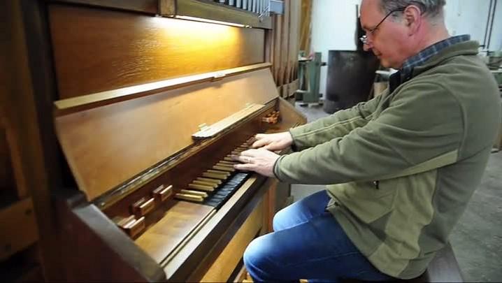 Um maestro na restauração de órgãos de tubo