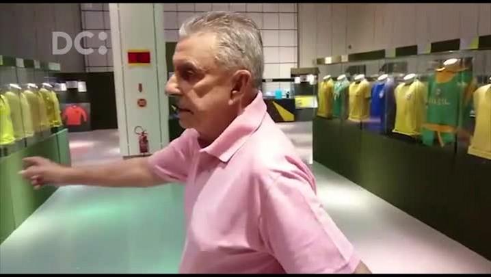 """Roberto Alves visita exposição \""""A história do futebol\"""""""