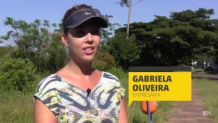 Com serviço de capina paralisado em Porto Alegre, mato toma conta de calçadas