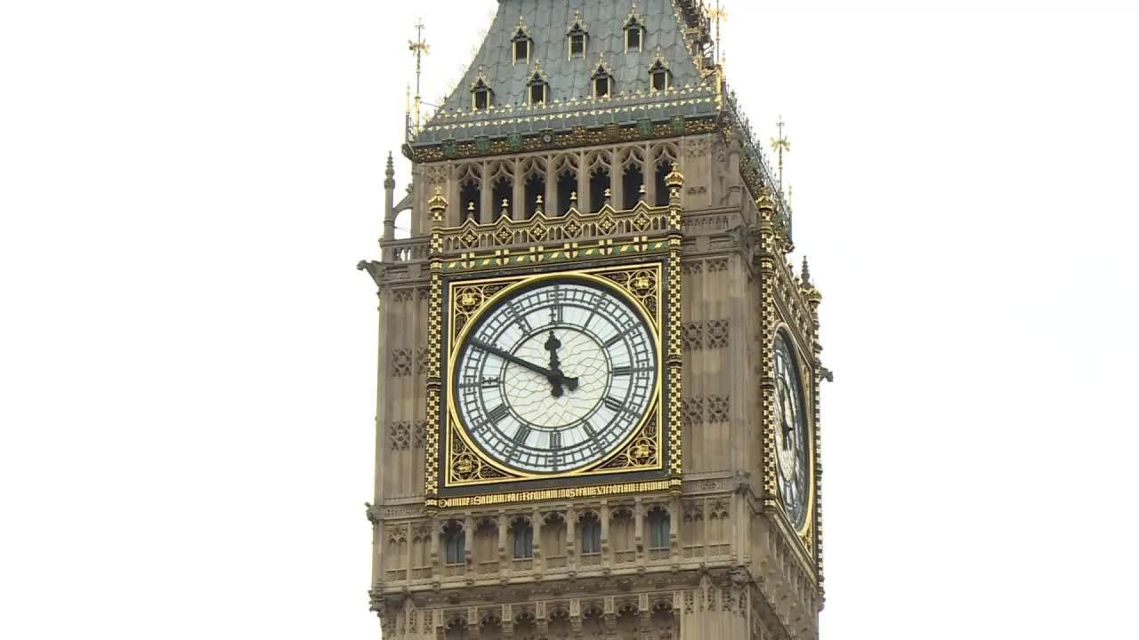 Big Ben de Londres toca antes de longo silêncio