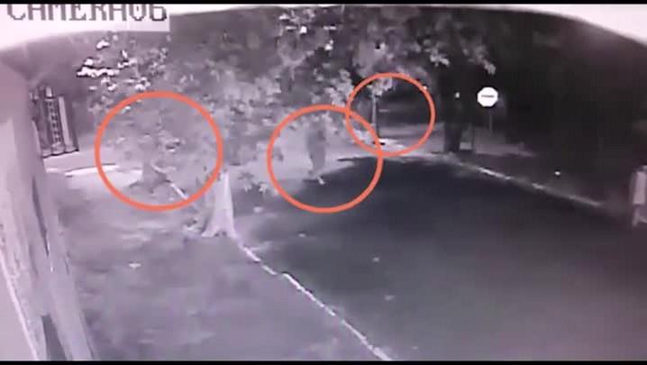 Polícia divulga imagens da aproximação de trio que matou mulher em Novo Hamburgo