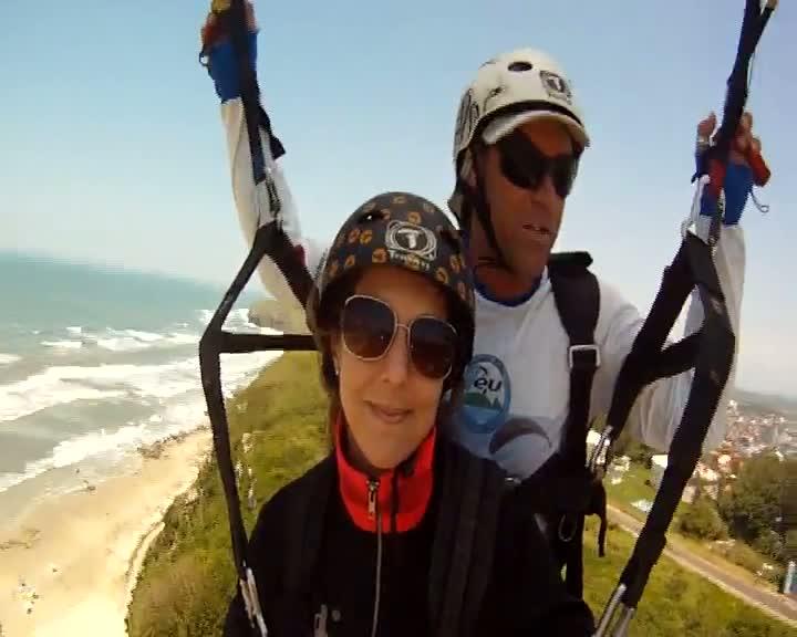 Ventos fortes em Torres ajudam na prática de voo livre