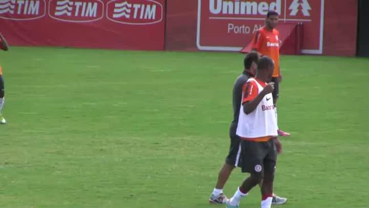 Dunga coordena o treino com o time do Gre-Nal