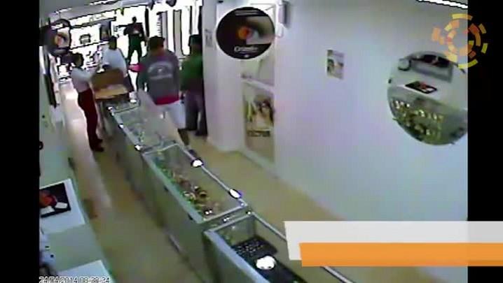 Veja o vídeo de assalto a mão armada a ótica, em Navegantes