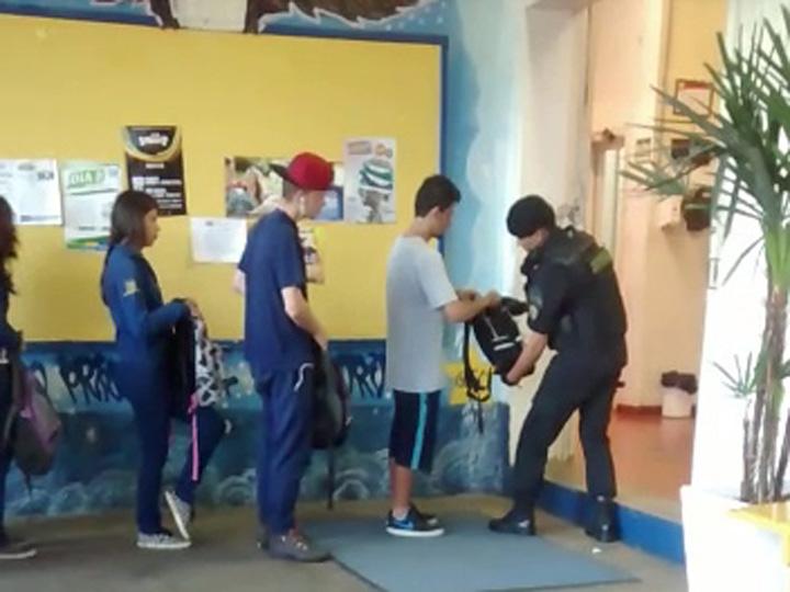 Vigilante revista mochila de alunos da Escola Estadual Santa Catarina, em Caxias