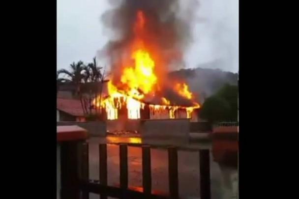 Casa pega fogo na zona Norte de Joinville