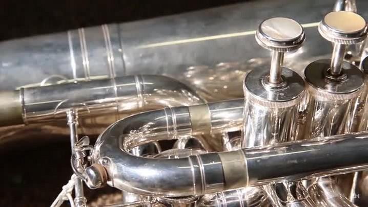 Músico apresenta a tuba