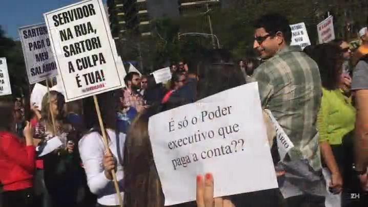 Servidores do Estado protestam contra o parcelamento dos salários em Porto Alegre