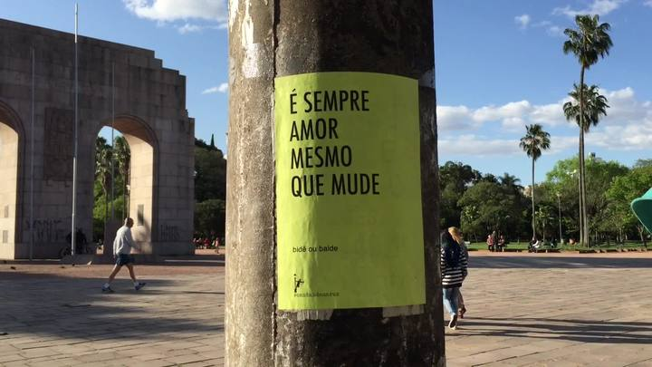 Cartazes incentivam pedestre a cantar pelas ruas da Capital
