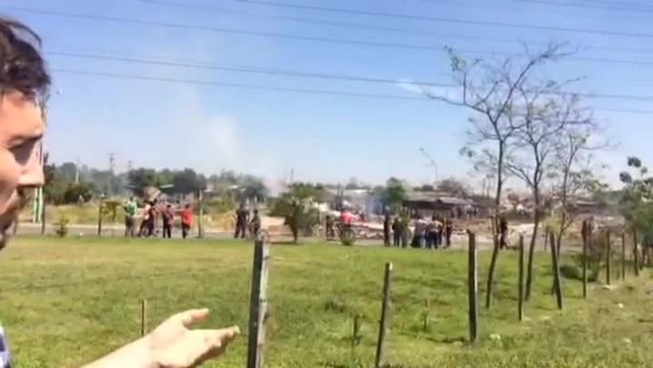 Moradores entram em confronto com a BM em reintegração de posse em Canoas