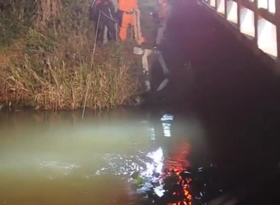 Carro cai de ponte e fica submerso por três horas em arroio em São Sepé