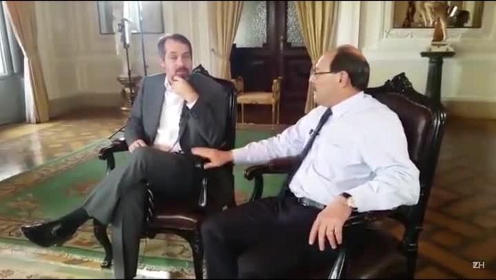 Sartori conta piada nos bastidores da entrevista no Jornal do Almoço.