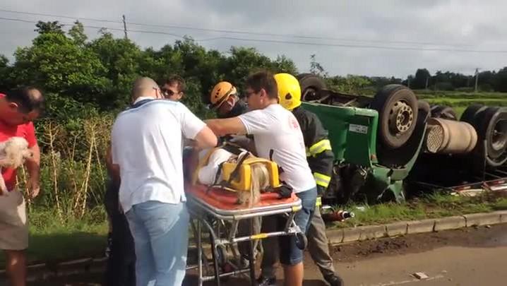 Resgate após caminhão tombar na RSC-287