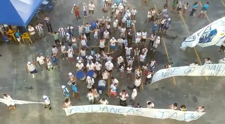 Torcida do Avaí faz protesto contra a diretoria do clube