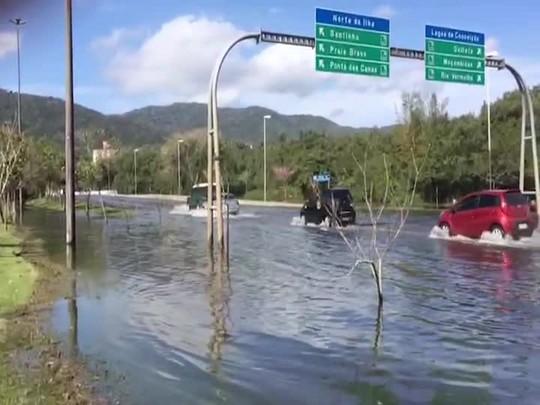 Maré alta causa alagamento na SC-401 em Florianópolis