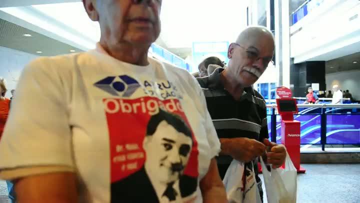 Aeronautas fazem protesto no aeroporto Salgado Filho