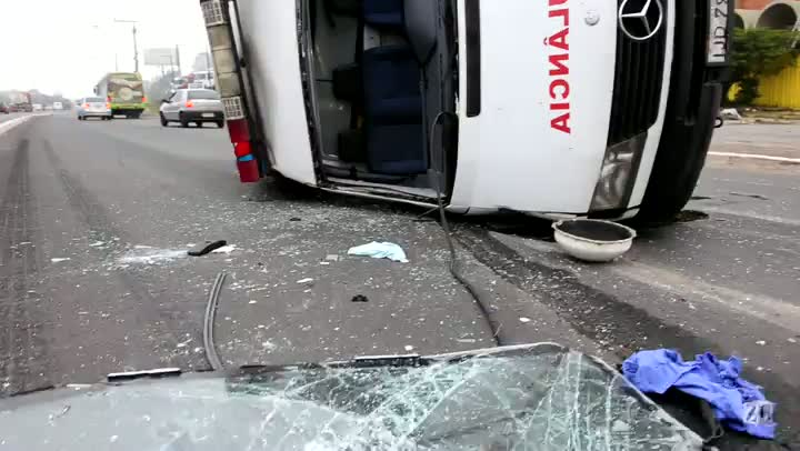 Ambulância tomba e provoca lentidão na BR-116 em Canoas