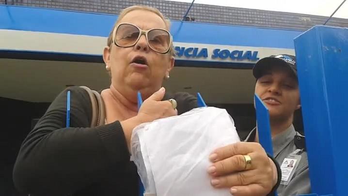 Idosa é impedida de deixar agência do INSS em Porto Alegre após xingar servidora. 21/03/2014