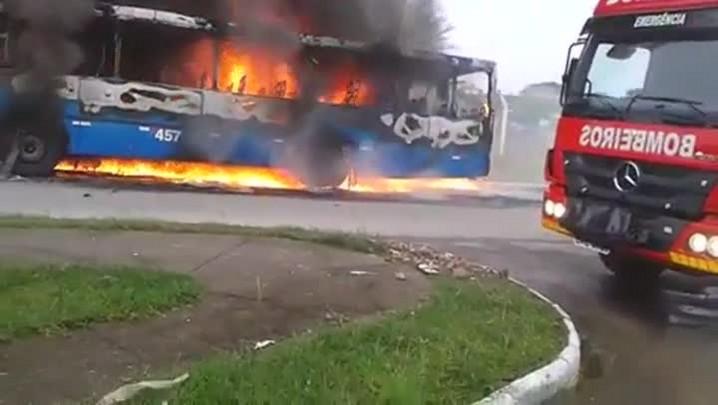 Ônibus é incendiado neste domingo em São José, na Grande Florianópolis