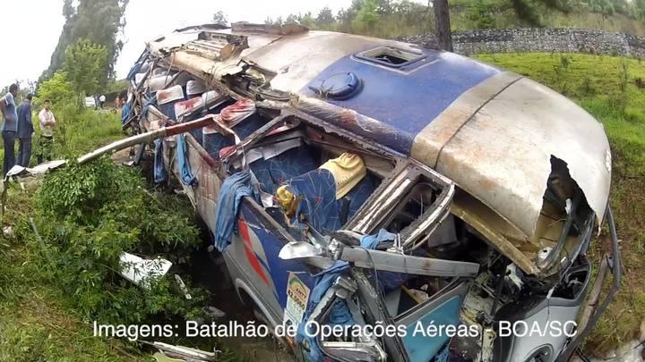 Vídeo mostra como ficou o ônibus que caiu de ribanceira na BR-282