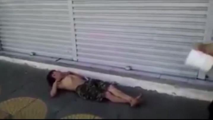 Funcionário de restaurante joga balde d\'água em morador de rua