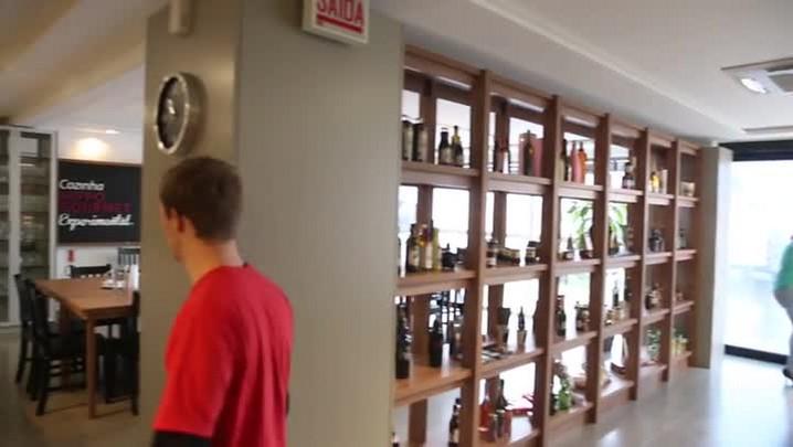 Chef dá aulas de culinária em ONG de São José