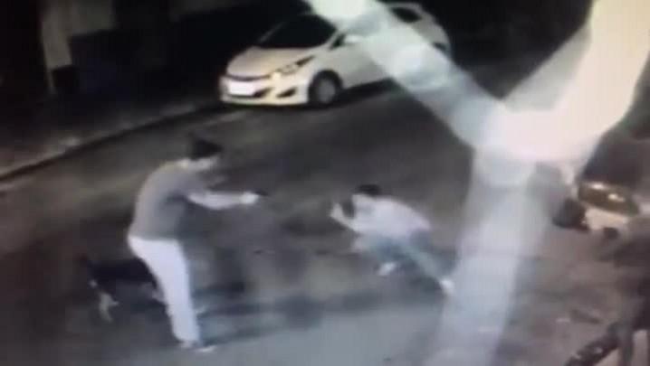 Câmeras de segurança do Muzeo Pub flagram policial apontando arma para homem