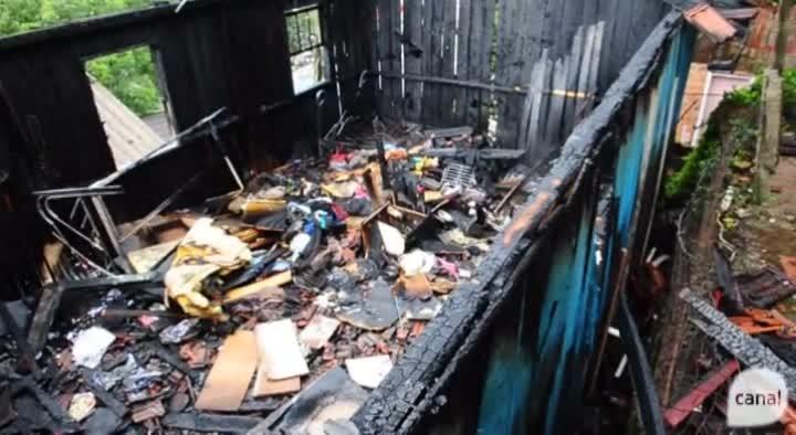 Veja como ficou a casa destruída por incêndio no bairro Universitário, em Caxias