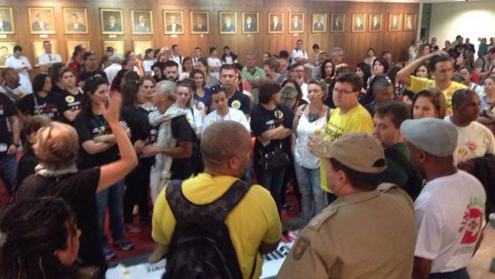 Servidores protestam durante reunião da CCJ na ALESC