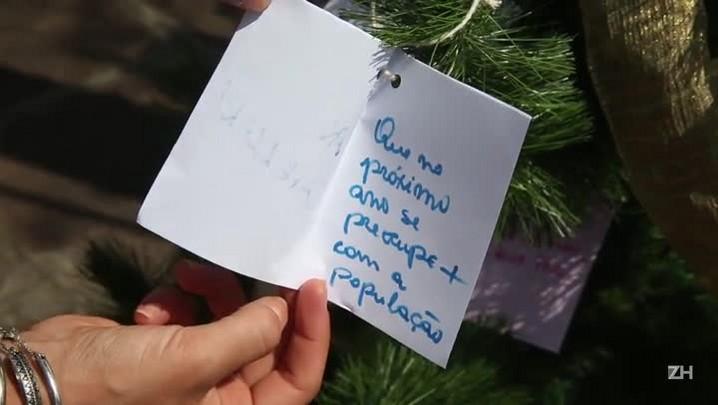 Moradores instalam árvore de Natal e penduram pedidos para a EPTC