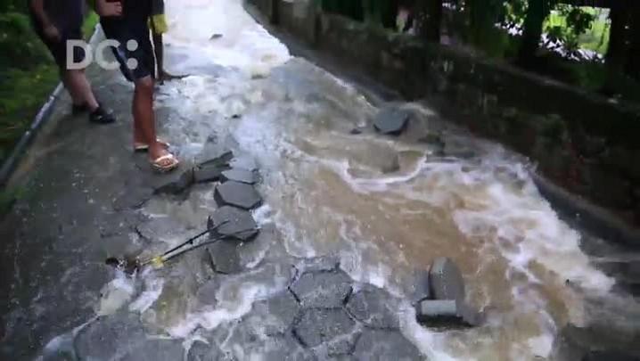 Chuva causa desmoronamento de parte da rua Cônego Walmor Castro, na Lagoinha, em Florianópolis