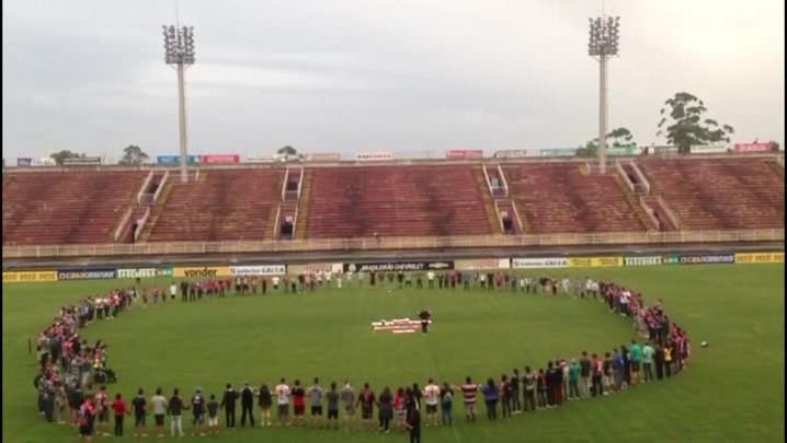 Torcedores do JEC fazem homenagem para a Chapecoense na Arena Joinville
