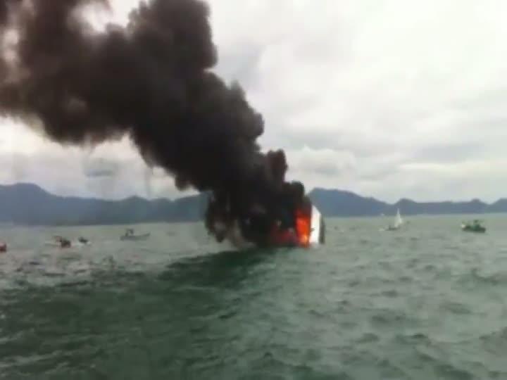 Incêndio afundou lancha em Porto Belo