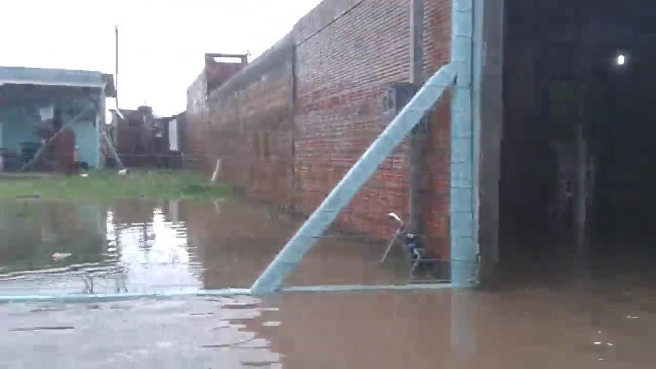 Moradores da vila Asa Branca precisaram deixar suas casas devido à chuva. 11/11/2013