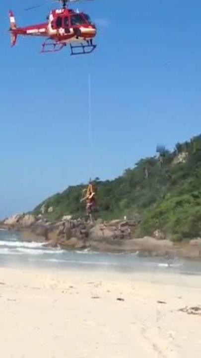 Helicóptero Arcanjo resgata vítima de afogamento na Praia Brava