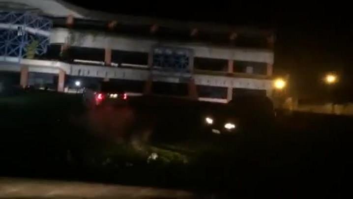 Carros no canteiro da prefeitura de Joinville