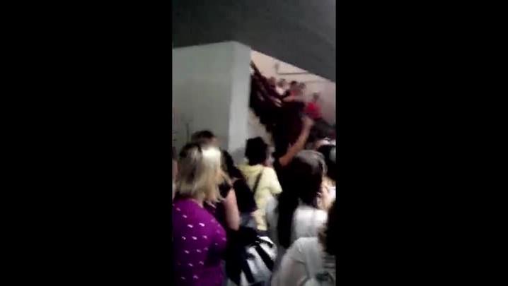 Servidores públicos em greve ocupam a Prefeitura de Blumenau