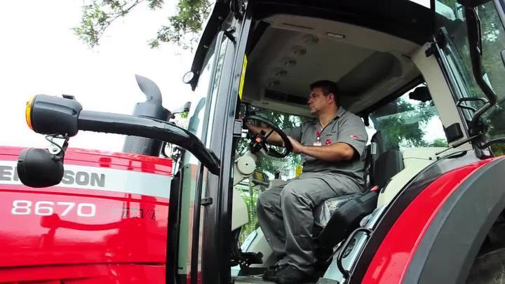 Mecânicos agrícolas substituem ferramentas