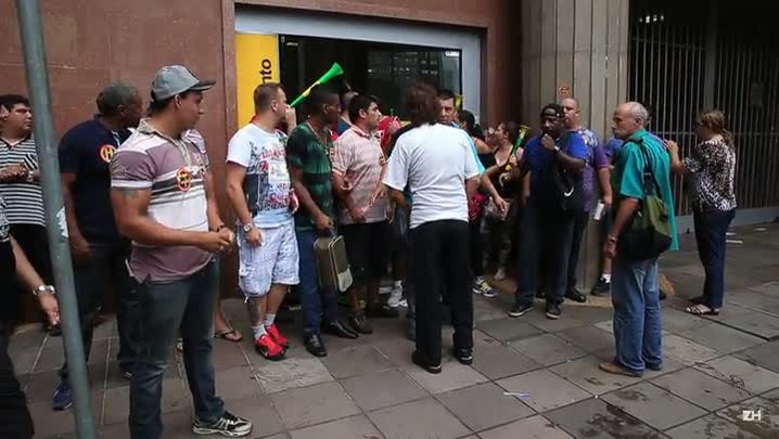 Vigilantes bloqueiam entrada de banco na Capital