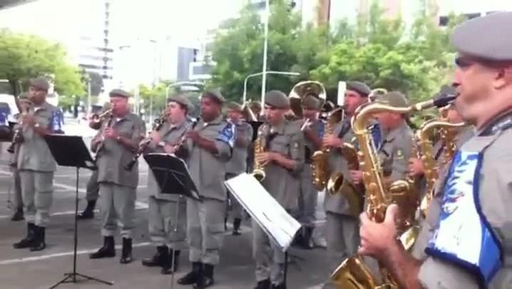 Banda da Brigada Militar toca hinos de Grêmio e Inter