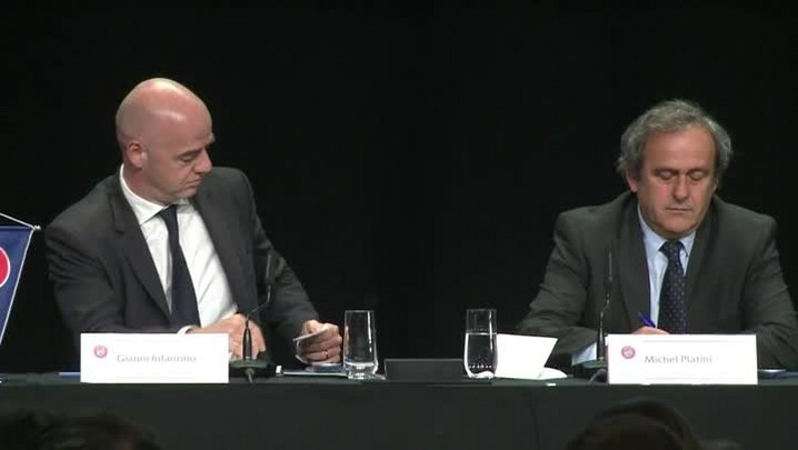 Platini pede a renúncia de Blatter
