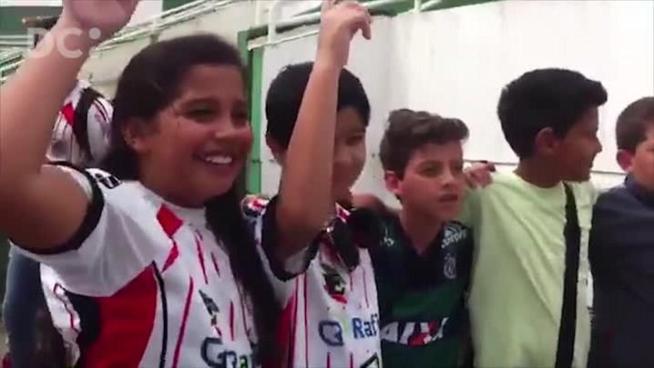 Torcedores mirins da Chapecoenses apoiam o time antes do jogo contra o River Plate