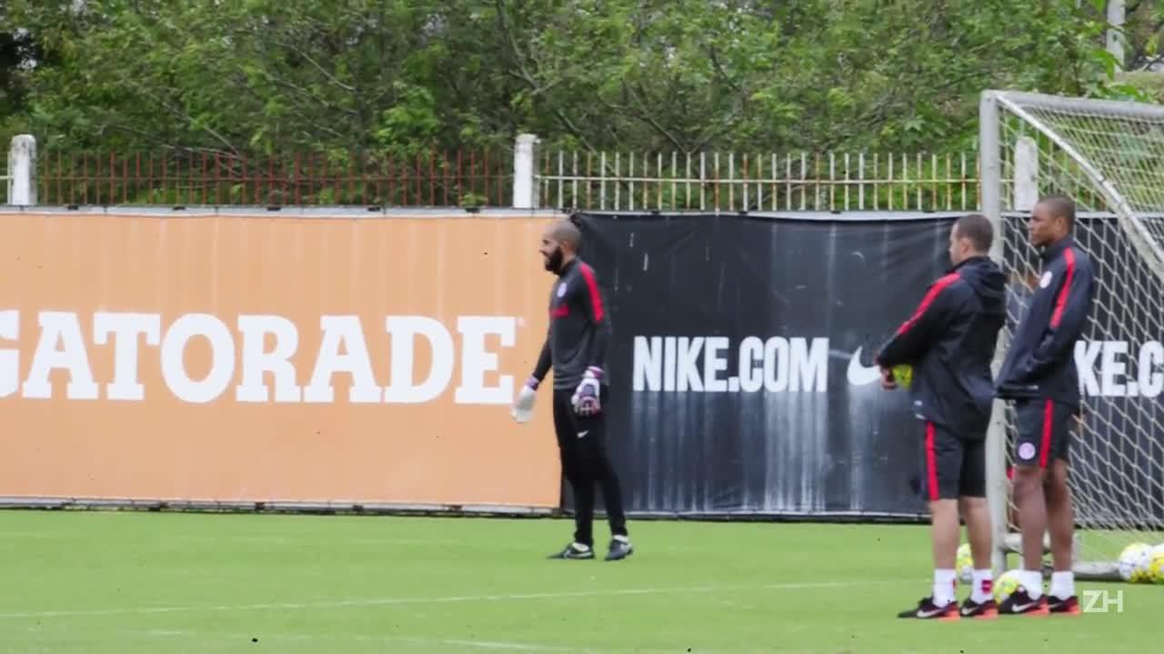 Danilo Fernandes e Valdívia no treino do Inter