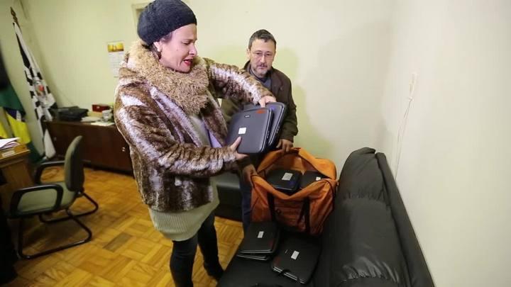 Diretora recebe netbooks furtados da escola Aurélio Reis