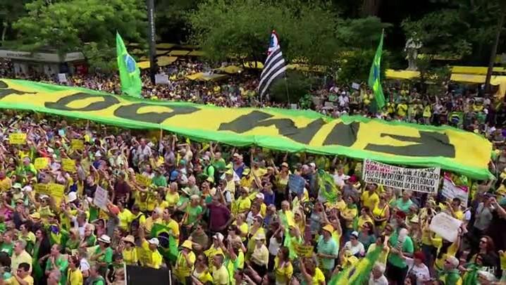 Brasileiros protestam contra a corrupção