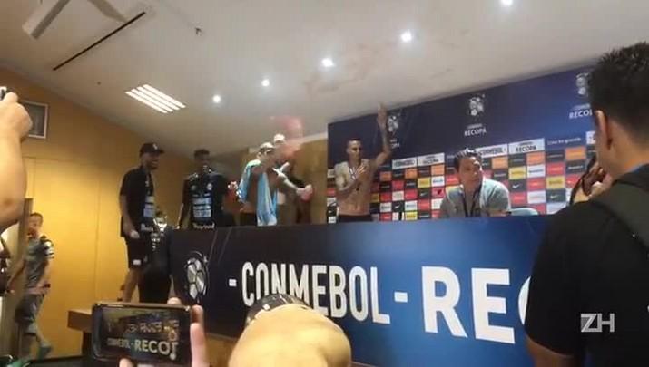 Jogadores do Grêmio dão banho em Renato após conquista da Recopa