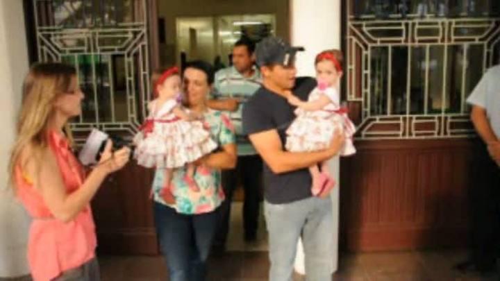 Gêmeas siamesas recebem alta do hospital e vão para casa