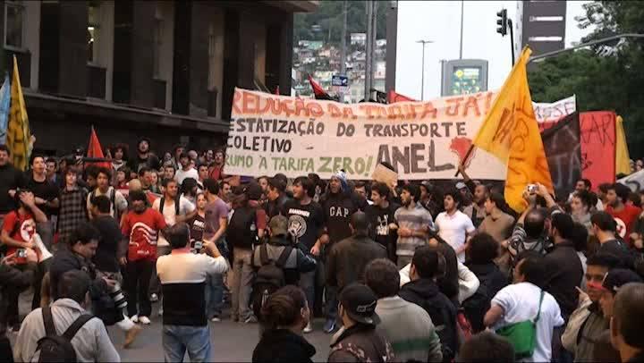 Túnel Antonieta de Barros é tomado por manifestantes na noite de terça-feira